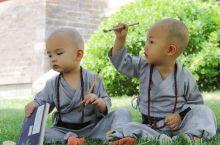 生孩子就是为了玩系列。 二少爷和表弟相约理了光头,临时起意拍了一组小和尚照。两个亲娘策划选庙加准备服