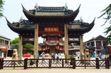 七宝老街位于上海市闵行区七宝古镇,整条街有古色古香的建筑等。街分为南北两大街,南大街以特色小吃为主,