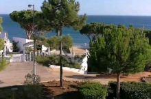 在葡萄牙法鲁一家悬崖酒店,套房公寓,地理位置相当好,整个房间阳台面向大海,每个房间配置固定的停车位。