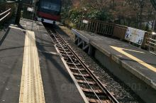先是箱根登山电车,然后转登山缆车后到达大涌谷。大涌谷也被称为大地狱,是三千多年前因火山大喷发而形成的