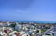 这是在市区次高的一间社区高楼上的台湾花莲市区视野  新大楼的view   周末中午上顶瞭望蔚蓝太平洋