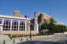 """马斯喀特苏丹王宫边上的""""双胞胎""""城堡,是16世纪葡萄牙人入侵时修建的军事要塞,目前不开放,只能外观。"""