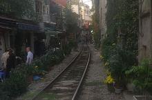 河内火车街,由于太多游客来这里看火车路过,铁道两旁全是咖啡店,摆满了小凳子,细心的店家还写好火车路过