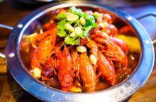 从上海到常熟包车过去一个多小时,在常熟就要去吃吃当地的小龙虾,还有阳澄湖大闸蟹,推荐《虾贝勒》餐厅,