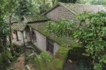 从玉林市区坐了2个半小时到了陆川县,在这个县城竟然隐藏着一个私家园林,被称为中国四大名庄之一。 要说