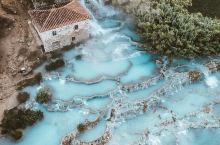 意大利托斯卡纳南部,有一个未受污染的古村落。起伏错落的小 山丘,不断涌出清透晶莹的温泉水,恒温37.