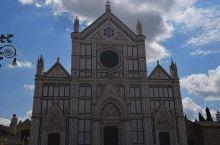 圣十字教堂坐落于圣十字广场,是世界最大的圣方济各教堂。教堂始建于1924年,现在看到的哥特式正立面是