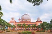 沙巴大学粉色清真寺 唤醒你的少女心。 粉红清真寺矗立于沙巴大学校园内的一座山坡上,从市区打车前往,尚