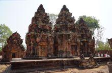 粉红色的女王宫位于柬埔寨暹粒省,是吴哥古迹中最重要的建筑群之一,它的建筑以小巧玲珑、精致剔透、富丽堂