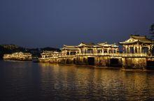 广济桥 连接韩江两岸的广济桥,是座宋代古名桥。(最近因为被撞了而更加出名。)桥的两端是一座座石亭相连