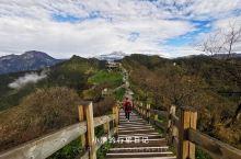 从日月坪朝号称西岭雪山最神秘之地的阴阳界出发,一路群山巍峨,流云浮动。遗憾天气原因,并未见到界限分明
