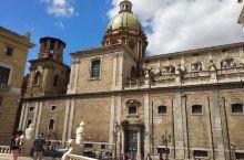 普雷托利亚喷泉,其原居佛罗伦萨,1581年移至巴勒莫。喷泉设计前卫,规模宏伟,制作精良,不失为一件古
