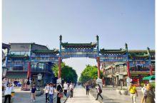 前门步行街,一条融汇了老北京人文风貌和新时代商业气息的地标式景点,从正阳门箭楼到两广路贯穿南北,与帝