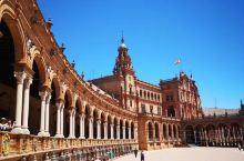 西班牙广场为塞维利亚的标志性建筑,好像很多地方都有西班牙广场 但是一般都是正方形的广场 这样的圆弧形