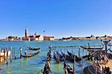 """一说起威尼斯,首先想到的是""""贡多拉"""",就是那个周身狭长、两头尖尖、通体乌黑、宛如新月的平底小船。小学"""