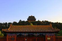 景山公园坐落在明清北京城的中轴线上,公园中心的景山,曾是全城的制高点。在元、明、清三代,景山及其附属