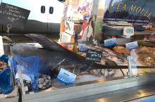 尼斯,除了蔚蓝海岸和热情狂欢节,自然还有少不了的美食,一大清早 这里的集市就非常热闹 这里卖着很多当
