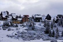 雪色的扎布利亚克小镇  扎布利亚克小镇是位于黑山北部的一个城市,是巴尔干半岛上海拔最高的