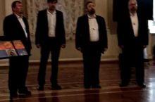 冬宫里面艺术氛围还是很足的,有小乐队,也有这种美声团。