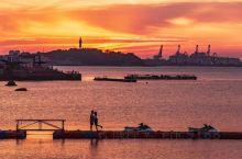 日落时分的赤色红霞 是天空送给烟台最美的礼物  路边的街灯亮了起来马路上的车辆川流不息霓虹闪烁的滨海