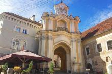哥特式建筑的璀璨明珠 古城的明珠教堂 维尔纽斯教堂坐落于欧洲最大的古城巴洛克,这里有大大小小很多教堂