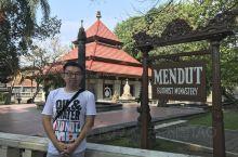 印度尼西亚最著名的景点或许就是位于爪哇岛中部的日惹的婆罗浮屠了。婆罗浮屠也被称为东南亚四大奇迹。它与