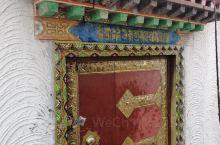 很好看,如果没去过西藏的寺庙的话,是一个很好的地方,长长见识,最外面是一大圈的转经轮,围着走了一圈,