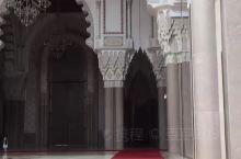 哈桑二世清真寺。全球第三大清真寺,寺內的祈祷大厅可容纳10万多人同时祈祷,耗资5亿多美元建成。哈桑二