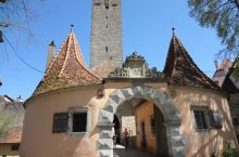 中世纪的德国古镇罗腾堡,藏在一个小旮旯里幸运的躲过了第二次世界大战的炮火袭击,独有自己的风情,游客虽