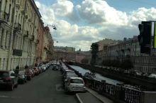 涅瓦大街是圣彼得堡市区最繁华的街道,这里聚集了大量的商场、餐馆等等,同时还是一条极具观光价值的街道,