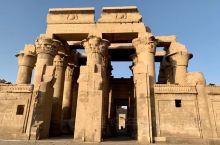 康翁波神庙(Temple of Kom Ombo )供奉的神祗是鳄鱼神索贝克和鹰神荷鲁斯,是埃及现存