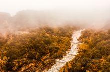 雨后白石山只有索道上山,坐在索道上看到的景色也是相当壮观,山的大部分都隐藏在雾中,8分钟索道能看到从