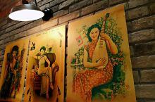 本土小囡在美罗城六楼发现了上海弄堂大食代。对于寻找上海味道的我无疑是兴奋的,一个个从小熟悉的老字号店