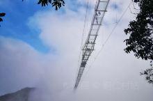 仙人街常年气候湿润,云雾缭绕,晴时山间云海翻滚,宛如仙境;雨时烟雨朦胧,充满诗情画意。景区充分利用资