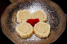 鲸羽,日料·胶原美人锅,算是一个针对女性喜欢的餐厅,日料清淡,胶原蛋白熬制的小汤锅做的很精致,花瓣相