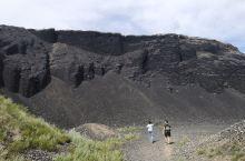 乌兰哈达火山群位于内蒙古察哈尔,是1亿多年前火山爆发形成的死火山,6座形态各异的火山连成了一线,首尾