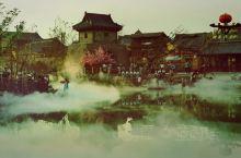 建业华谊电影小镇在郑州市中牟县,离市区不算远,门票一百元,门口有租旗袍的民国风,但是建议到里面租更古