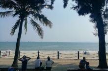 海岸、椰树、沙滩、太阳伞、帐篷、飞碟、排球、快艇、帆船…… 这个季的海边清爽,人少,宽旷与瑕逸。