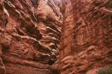 温宿大峡谷位于温宿县境内天山山脉中段南麓前山区博孜敦柯尔克孜民族乡境内。这里曾是通往南北天山古代驿路
