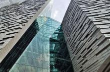 #广州图书馆-广州人的好福利# 地处寸土寸金的珠江新城花城汇广场,与广东省博物馆为邻,是广州的文化窗