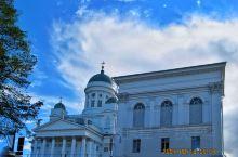 始建于1852年赫尔辛基大教堂,是赫尔辛基最著名景点,它位于议会广场。建筑以白色为主,配以淡绿色的圆