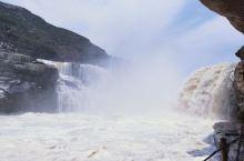 气势磅礴的黄河壶口瀑布。