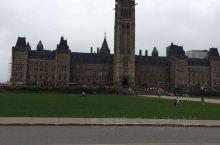 国会大厦坐落于渥太华河畔,内部奢华的建筑装饰,就像走进一座艺术博物馆。到处都是浮雕、油画和壁画。硕大
