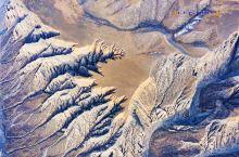 独山子大峡谷绝不是一个简单的河床U型峡谷那么简单! 在景区放飞无人机,沿着峡谷朝北部天山方向飞了三公
