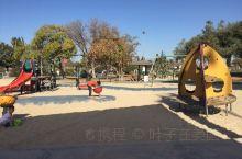 家门口的公园,今天太阳不错,有点小热!我们还穿半袖哦,这就是四季如春的洛杉矶!我的家就在旁边,在屋里