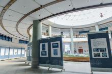 广东梅州大埔博物馆被建设成了客家围屋的样式,连座椅都是尾屋样式。大埔有很多的古村落,因此也有很多了不