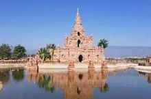 """""""一寨两国""""位于有名的中缅边境71号界碑旁,是典型的""""一个寨子两个国家""""地理奇观。国境线将一个傣族村"""