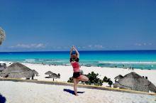 来坎昆必做的事 | 与墨西哥人踢一场沙滩足球  坎昆的海,层次分明,颜色透亮,无需滤镜。  来到海