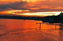 夕阳的余晖落在贝加尔的湖面上,仿佛世界也如此安详。