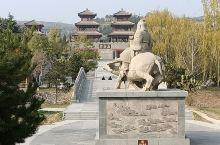 在函谷关关楼前方,有一处著名景点:紫气东来。这里树立着老子骑着青牛,正缓缓地向着关门前来的雕像。在石